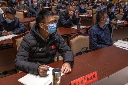 Varios alumnos toman notas en la academia para el liderazgo ejecutivo de China en Jinggangshan