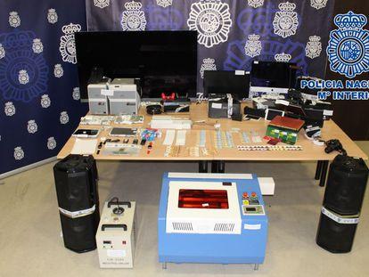 Material incautado por la policía con el que el detenido en Almuñécar falsificó hasta 44 carnés de identidad.