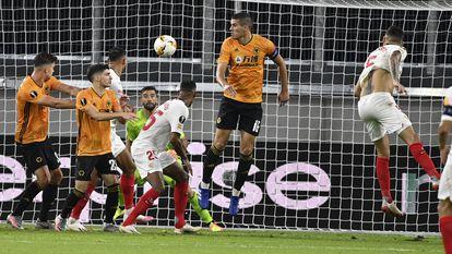 Lucas Ocampos marca de cabeza el gol del triunfo del Sevilla al rematar un centro de Banega.