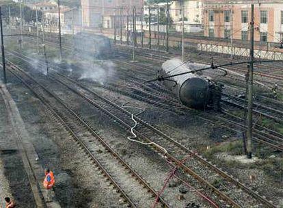 Los equipos de emergencia trabajan en la estación de Viareggio para poner en seguridad los vagones del tren que no han explotado