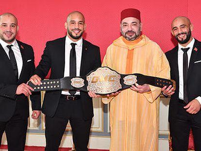Los hermanos Ottman, Abu Bakr y Omar Azaita (desde la izquierda), con el rey Mohamed VI de Marruecos en abril de 2018.