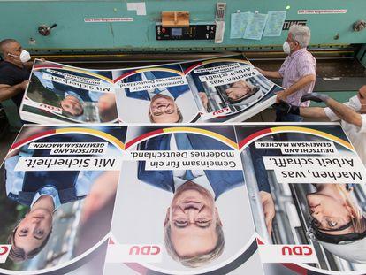 Varios empleados manejan carteles electorales de la CDU en una imprenta de Renania del Norte-Westfalia el 29 de junio.
