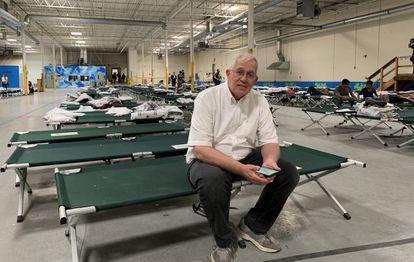 Rubén García, director de la ONG Annunciation House, en la nave industrial que ha reconvertido como refugio para migrantes en El Paso.