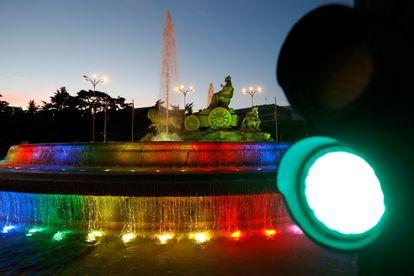 La fuente de Cibeles, con los colores de la bandera LGTBI esta semana.