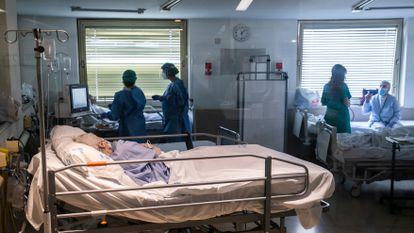 Personal sanitario y enfermos en Urgencias del hospital Gregorio Marañón.