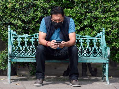 Un hombre mira su teléfono móvil en la ciudad de México durante la caída de Facebook, Instagram y WhatsApp el pasado lunes.