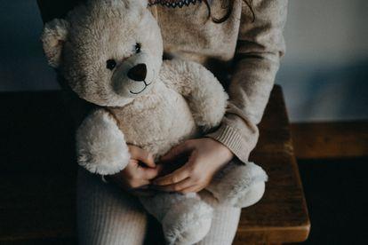 El síndrome de alienación parental  es altamente dañino para la infancia con independencia de quién sea el que lo lleve a cabo.
