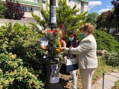Familiares de los fallecidos en la residencia pública de Alcorcón colocan flores en su recuerdo delante del centro.