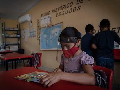 Alumnos de la comunidad Pimental II, en el municipio de Candelaria, reinician el ciclo escolar de forma presencial en la escuela primaria Emiliano Zapata.