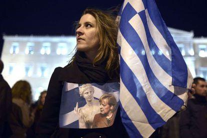 Una mujer protesta contra Alemania en una manifestación en Atenas.