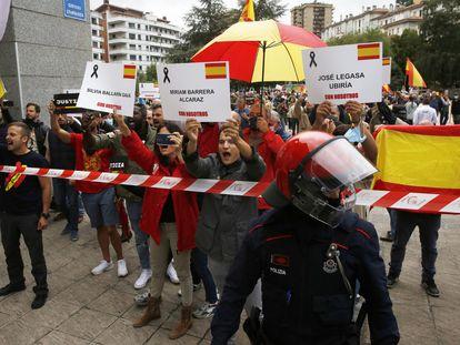 La Ertzaintza protege un corredor de 15 metros en el que los seguidores de Vox y los de Sare se enfrentan con insultos.