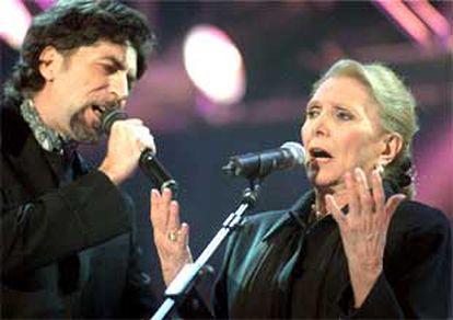 Joaquín Sabina y María Dolores Pradera, anoche en la gala de los Premios de la Música.