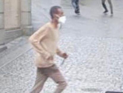 El presunto atacante, cuchillo en mano, en una imagen tomada en las calles de Wurzburgo, este viernes.