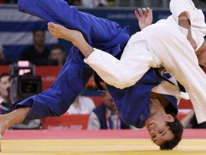 Uriarte (de azul) es volteado por el surcoreano Jun Ho-cho.