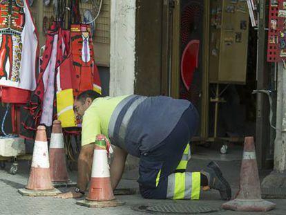 Un trabajador municipal hoy en Sevilla.