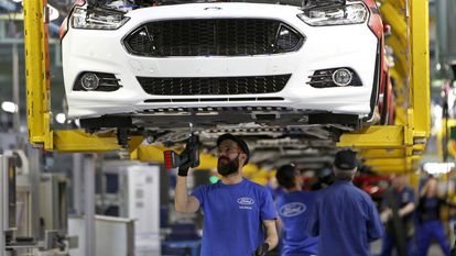 Trabajadores de Ford en una cadena de montaje de automóviles en la planta de Almussafes (Valencia).