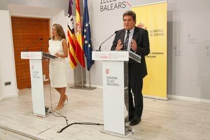José Luis Escrivá, ministro de Inclusión y Seguridad Social, y Yolanda Díaz, ministra de Trabajo, este viernes en rueda de prensa tras la mesa de diálogo con los agentes sociales.