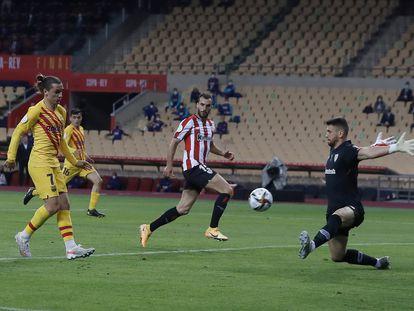 Griezmann bate a Unai Simón en el 1-0, este sábado en La Cartuja. / ALEJANDRO RUESGA
