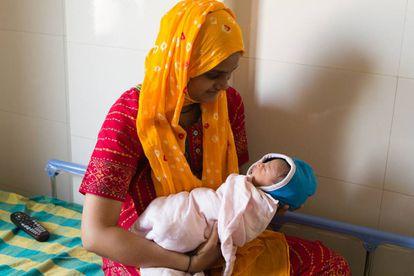 Tener una hija en India se considera una carga económica y social, consecuencia de tradiciones machistas y arcaicas como la dote matrimonial.