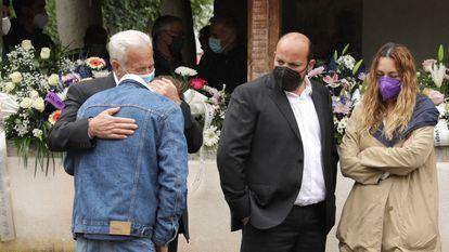 El hijo de María Teresa Aladro, asesinada el 20 de mayo, llora sobre el hombro de su abuelo, Serrano Aladro, junto a su tío y hermano de la fallecida, Manuel Aladro y su mujer, Patricia García.