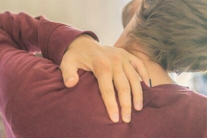 La rigidez de cuello es uno de los síntomas más claros de la meningitis.