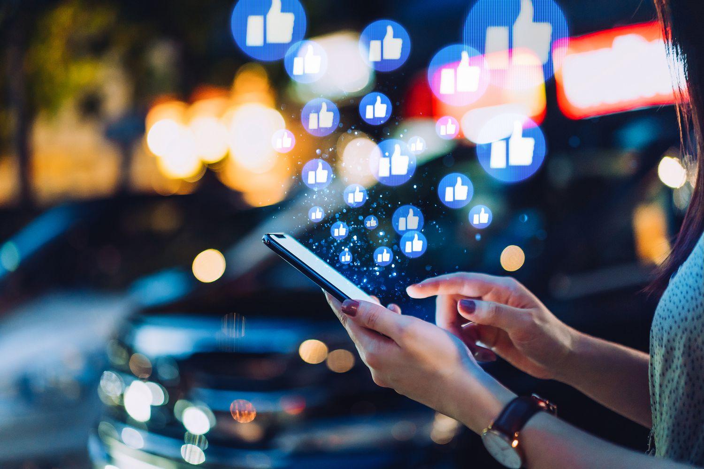 Una usuaria interactúa en una red social.