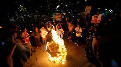 Piñata con la imagen de Donald Trump es quemada en Los Angeles, California.