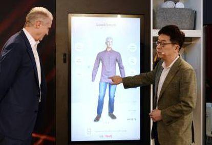 El Dr. I.P. Park, presidente y CTO de LG, muestra el funcionamiento del LG ThinQ Fit.