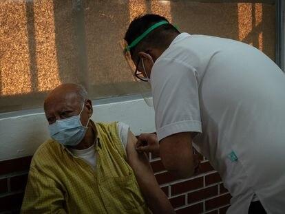 Un hombre es vacunado en el Centro de Salud Dr. Luis Alberto Erosa León, ubicado en la Alcaldía Milpa Alta.