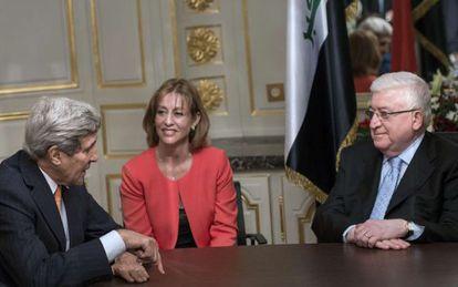 El secretario de Estado John Kerry y el presidente de Irak Faud Masum en París
