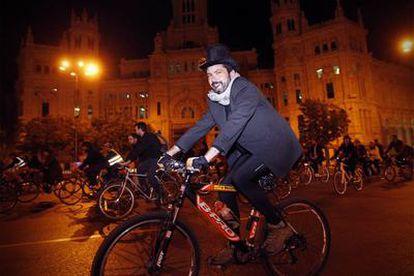 Varios ciclistas circulan junto al Palacio de Cibeles ayer durante la concentración de BiciCrítica.