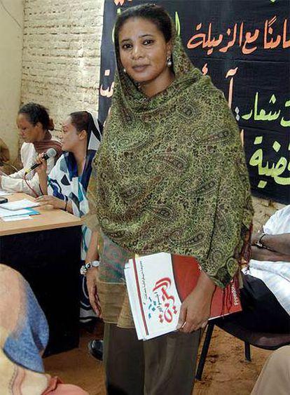 La periodista sudanesa Lubna Ahmed al Husein posa en Jartum en una fotografía de archivo.