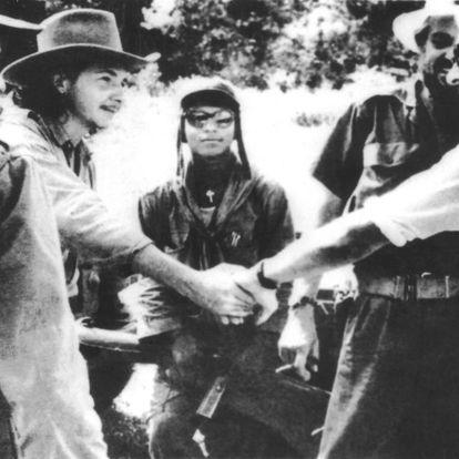 Raúl Castro, izquierda, en una imagen sin fecha exacta entre los años 1956-1959.