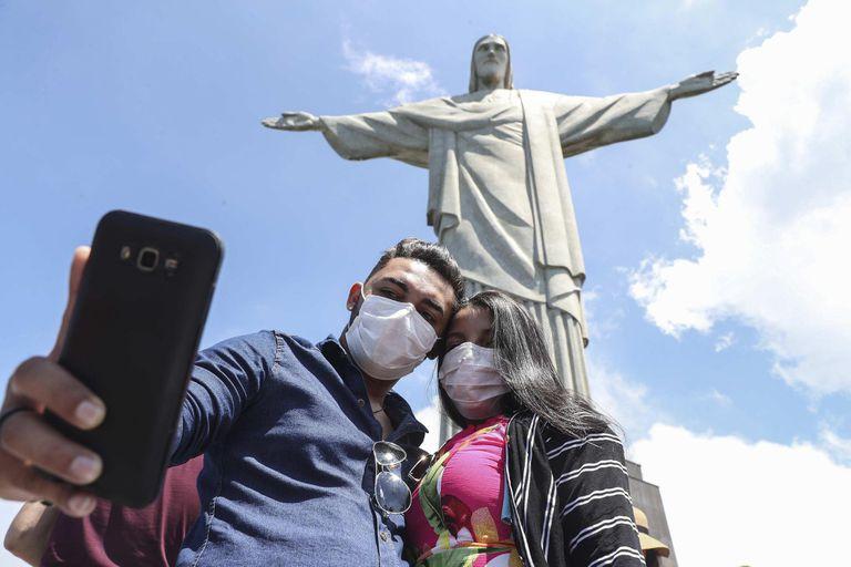 Dos turistas con mascarillas, en el Cristo Redentor de Río de Janeiro, cerrado a partir del martes.