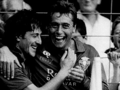 Michael Robinson y Enrique Martín celebran un gol de Osasuna en la temporada 1986-87 / AS