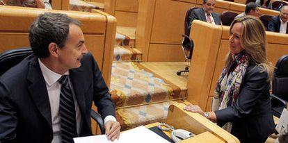 """Zapatero saluda a Trinidad Jiménez durante la sesión de control al Gobierno en el Senado. El presidente ha asegurado que Gómez, tras su victoria ante Jiménez, """"sabe que va a tener a todo el partido como una piña; hoy mucho más que si no se hubieran celebrado primarias""""."""