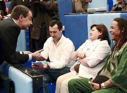 José Luis Rodríguez Zapatero charla con varios participantes del programa de TVE.