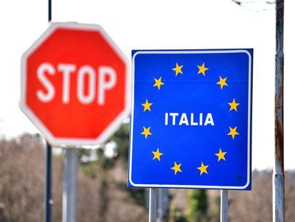 Una señal indica la entrada a Italia desde la frontera con Eslovenia.