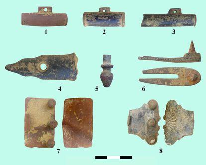 Porta bolsos, culatas de rifle, porta gatillos y correas para el cuello, que se encuentran en el sitio de Marialba.