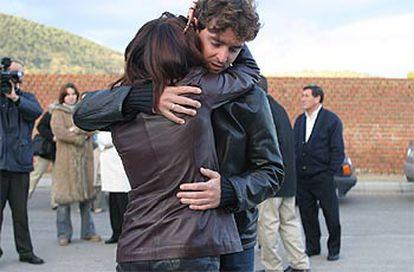 Francisco Mancebo se abraza a una familiar de Jiménez.