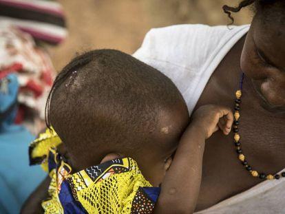 Una madre con su bebé en Malí.