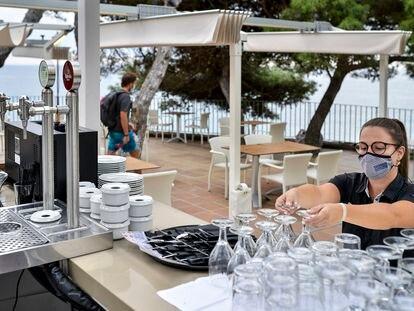 Andrea, camarera del restaurante del Hotel San Jorge en Calonge, durante su turno de trabajo.