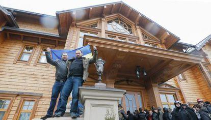 Manifestantes ocupan este sábado la residencia de Yanukóvich en Kiev.
