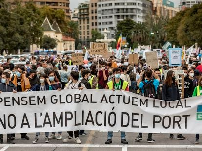 Pancarta que encabeza la marcha de Valencia de este viernes contra la ampliación del Puerto de Valencia.