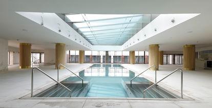 La piscina se ubica en la octava planta del edificio.