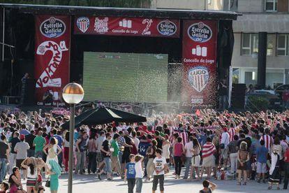 Los aficionados locales siguieron el partido en una pantalla gigante instalada en la plaza lucense de Augas Ferreas. / PEDRO AGRELO