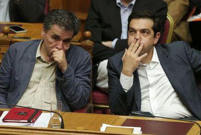 El primer ministro griego, Alexis Tsipras (derecha), junto al ministro de Finanzas Eúclides Tsakalotos, en el Parlamento griego.