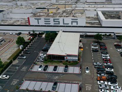 El aparcamiento de la fábrica de Tesla en Fremont, California, lleno el lunes después de anunciar Elon Musk que reabriría la planta.
