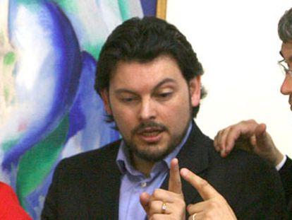 Los diputados Laura Seara (PSOE), Antonio Rodríguez Miranda (PP) y Carlos Aymerich (BNG), ayer en el Parlamento gallego.