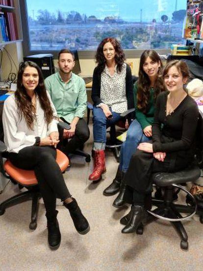 María Llorens (centro) junto a su grupo de investigación en el Centro de Biología Molecular Severo Ochoa (CSIC-UAM)